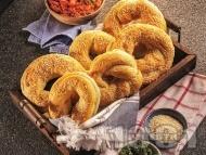 Приготвяне на рецепта Лесни домашни варени гевречета със сусам и жива мая